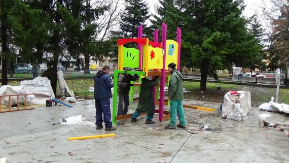 Монтират се  съоръженията за игра на детската площадка