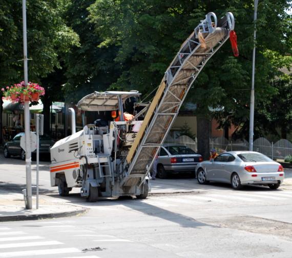 Започна полагането на изкуствени неравности и повдигнати пешеходни пътеки в общината и рехабилитацията на улици в града