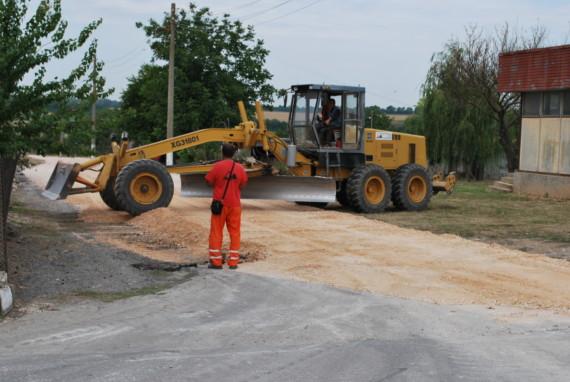 Ремонтни дейности по четвъртокласната общинска пътна мрежа текат в община Генерал Тошево